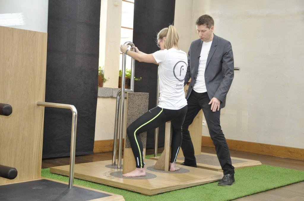 Premiera Systemu FLOW - ćwiczenie rozciągające mięśnie przywodziciele uda